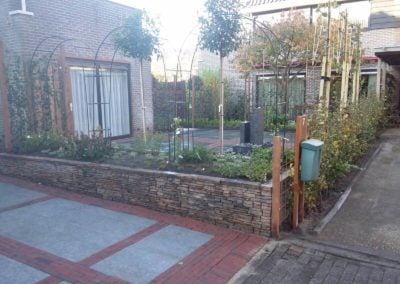Tuinaanleg.com hoveniersbedrijf oprit plantenbak en beplanting in Huizen